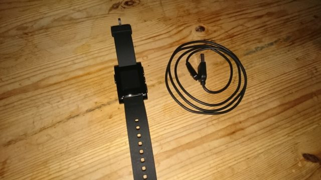 Pebble mit Ladekabel